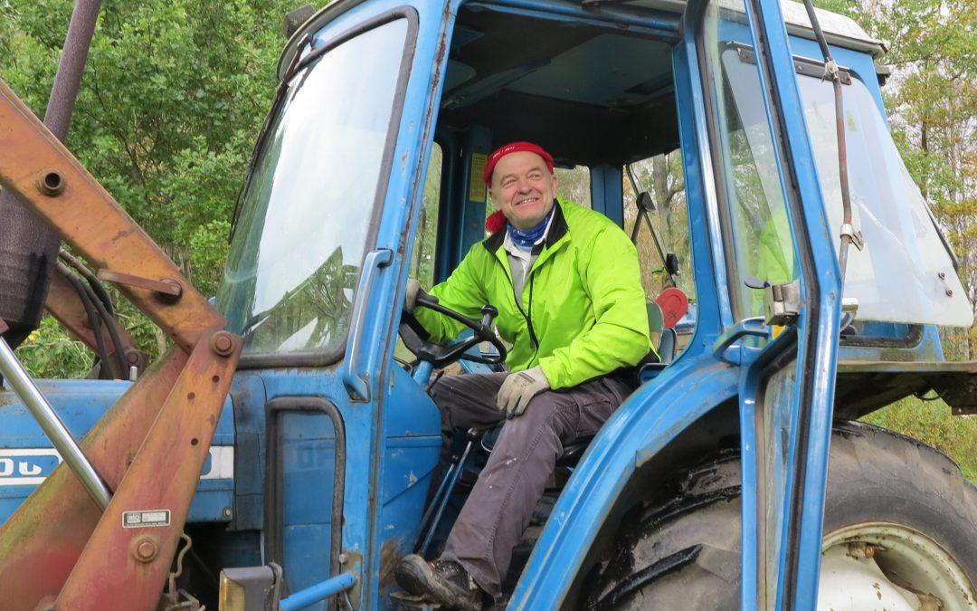Lördag med samfällighetens arbetsdag och regn. Traktorkörning för Ernst!