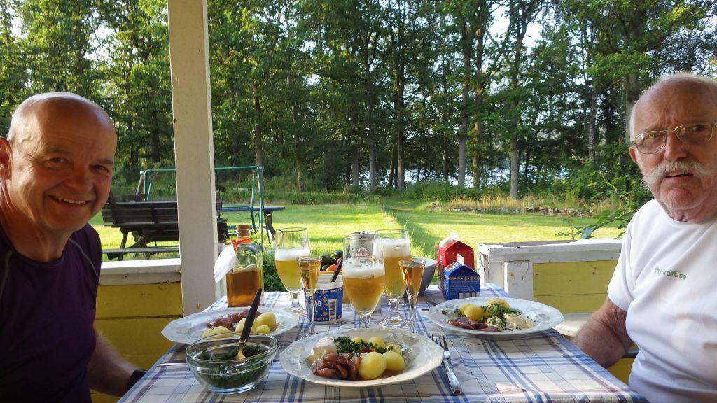 Söndag En bra dag med bad, trädgård, MTB och köksveranda.